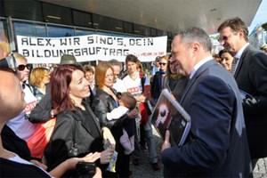 """""""Alex, wir sind's, dein Bildungsauftrag"""", protestierten freie ORF-Mitarbeiter gegen prekäre Bezahlung für öffentlich-rechtliche Inhalte."""