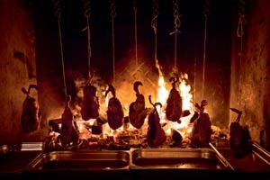 Von lokalen Jägern erlegte, von Iñaki Aizpitarte gefüllte Wildenten wurden über offener Flamme gegrillt.