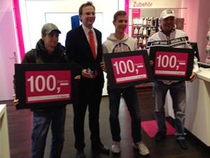 Die ersten offenbar glücklichen iPhone-5-Kunden bei T-Mobile.