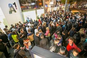 1.000 Personen warteten beim Mitternachtsverkauf von A1.