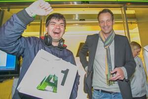 A1-Shop-Leiter Guido Lenz überreicht dem ersten Kunden ein iPhone 5.