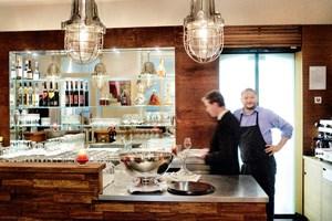 Mehr als lässig: die Küche, die Alexander Mayer (re.) dieser Tage im Restaurant Diverso in der Wiener Mommsengasse kocht.