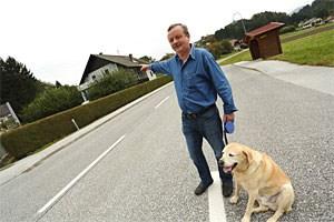 Anrainer Hubert Krassnig zeigt den Standort der alten Baracken, in denen Stronach aufwuchs.