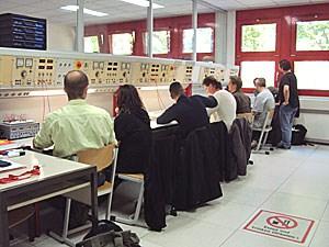 Eine Klasse beim Lernen der Schaltkästen.