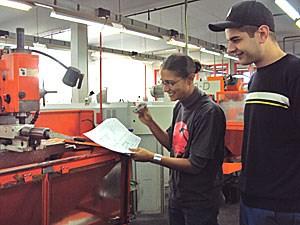 Ausbildnerin Nadine Kellner in der Metall-Werkstatt.