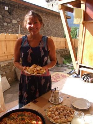 Gastgeberin Larissa Margiani mit einigen Köstlichkeiten ihrer vielfältigen Küche.