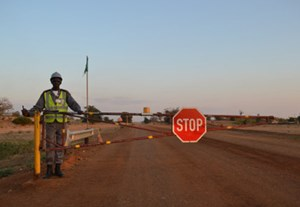 Einfahrt zu einer Kohlemine in Tete, Mosambik: Um den Rohstoffboom zu bewältigen, sind qualifizierte Arbeitskräfte aus Europa gefragt - aber nicht unbeschränkt.