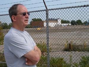 Tom Scheutzow, Ex-Chrysler-Arbeiter, vor den Resten seiner Fabrikhalle in Twinsburg, Ohio.