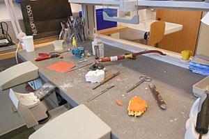 Im zahntechnischen Labor des AKH Linz werden Epithesen angefertigt.