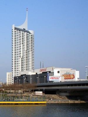 """... Harry Seidlers 136 Meter hohem """"Hochhaus Neue Donau"""", das der Arwag Holding gehört. Das ehemalige """"Cineplexx"""" wird abgerissen, die Garage bleibt bestehen.(Aufnahme aus 2007)"""