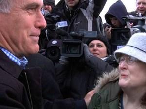Die Frau, die sich Janeane Wilson nennt, bei einem Treffen mit Mitt Romney.