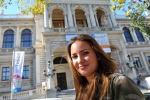 Sabrina Zehetbauer (18) ist zuversichtlich, mit Transkultureller Kommunikation den richtigen Studiengang gewählt zu haben.