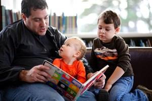 Beim Lesen sind Väter und männliche Erziehungsberechtigte wichtige Vorbilder.