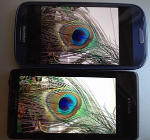 Das Display des Xperia T (unten im Bild) liefert kräftige, kontrastreiche Farben. Mit der Kamera aufgenommene Fotos wirken auf dem Display im direkten Vergleich mit dem Galaxy S3 eine Spur greller und weniger natürlich, obwohl dieser Unterschied bei den Aufnahmen am Monitor nicht so stark zu erkennen ist (sieht beide Testfotos unten).
