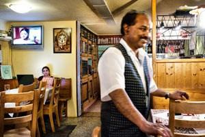 """Radha (li.) und Sridharan """"Roger"""" Bhashyan betreiben ein original Hernalser Schutzhaus am Heuberg."""