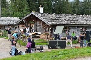 Die schwere Ausrüstung und Technik müssen die Kameraleute oft auf den Berg hinauf schleppen.