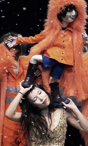 Die Toten (Puppe) mischen sich unter die Lebenden (Sung-Im Her): Marktplatz.