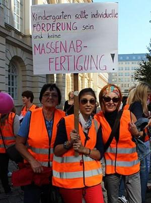 Laut Statistik Austria sind rund 50.000 Menschen in Kindergärten und Kindertagesheimen tätig. Der Frauenanteil liegt bei 98 Prozent. Hier demonstrieren drei Generationen für einen besseren Kindergarten.