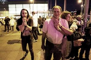 Gsunga und gspüt einmal anders. Am Praterstern lauschten Trachtenpärchen dem Punkrock des Waves- Festivals, ...