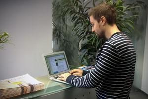 Stehen ist gesünder als sitzen: aber wer hat im Büro schon einen Stehschreibtisch? Mit etwas Geschick kann man zumindest den Heimarbeitsplatz neu gestalten.