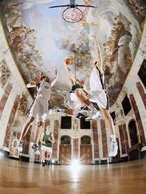 """Das Siegerfoto """"Basketball im Rittersaal: Hochschulsportler auf dem Campus der Uni Mannheim im Schloss""""."""