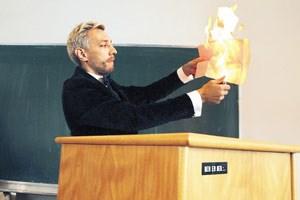 Angewidert vom weltfremden Philosophiestudium verbrannte Wendefilm sein Diplom.