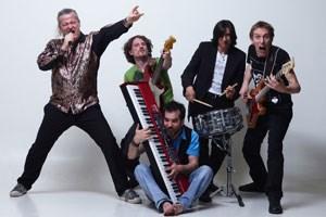 Rocken sich durch den Solid-Gold-Katalog: Kabarettist Mike  Supancic (li.) und seine Band Los Cravallos.