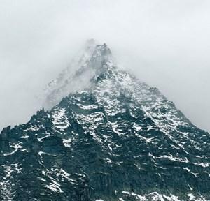 """Dramatik des Gebirges: Fotograf Axel Hütte fasste den 3100 Meter hohen """" Totenkopf"""" der Glocknergruppe in Schärfe-Unschärfe-Kontrasten in beinahe bedrohlicher Erhabenheit."""