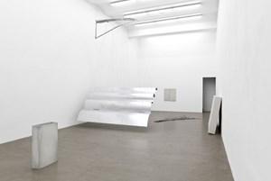 """""""Fliegende"""" Installation von Nora Schultz (hängend), reduzierte Skulpturen von Anita Leisz in der Galerie Meyer Kainer."""