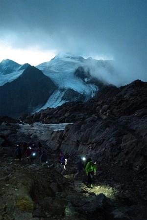 Alpenquerer wollen wissen, wo der Ötzi lag. Dafür stehen sie auch am letzten Tag der Tour frühmorgens auf. Die Fundstelle am Hauslabjoch soll im richtigen Licht erscheinen.