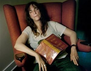 """Musikerin Patti Smith mit ihrem Lieblingsbuch von James Joye: """"Finnegan's Wake""""."""