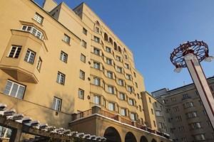 Der von 1924 bis 1926 erbaute Reumannhof zählt zu den ältesten Gemeindebauten Wiens. Bei Führungen treten Künstler, Bewohner und Besucher in Dialog.