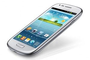 Das Galaxy S III Mini verwendet ein zum großen Bruder sehr ähnliches Design...