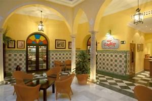 Wer in der Altstadt stilecht nächtigen will, kann im Drei-Sterne-Hotel Hospedería de las Cortes wohnen. Jedes der 36 Zimmer ist einem Ereignis um 1812 gewidmet - Doppelzimmer mit Frühstück ab 100 Euro. In der Calle San Francisco 9, Cádiz.Auch das Vier-Sterne-Haus Senator Cádiz (Bild) liegt im Stadtkern und in der Nähe des Stadtstrandes La Caleta - DZ mit Frühstück ab 159 Euro. Praktisch für den Winter: Es verfügt über einen kleinen Spa-Bereich. In der Calle Rubio y Díaz 1, Cádiz.Rund um die Bucht von Cádiz gibt es eine deutlich größere Auswahl an Hotels: guiadecadiz.com