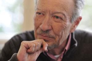 Chronist seiner selbst: Julian Schutting. der am 25. Oktober seinen 75. Geburtstag feiert, webt über die reale Vorlage für sein kühnes Werk einen hauchfeinen Schleier.