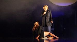 """Sängerin Marianne Faithfull und Tänzerin Anna Sterbová als zwei Seiten einer Person in Brecht/Weills """"Die sieben Todsünden"""" am Landestheater Linz."""
