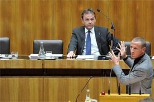 """Minister Berlakovich stellte sich zwar der Kritik der Abgeordneten, Fehler sah er keinen. Stefan                 Petzner nannte ihn """"Inserator"""", der für den """"Missbrauch von Steuergeld"""" verantwortlich sei."""