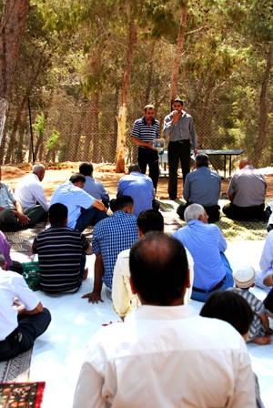 Beten im Wald: Auch beim Freitagsgebet im Dorf werden politische Themen angesprochen.