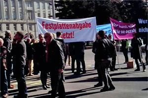 Mehr als 150 Menschen versammelten sich am Schwarzenbergplatz und marschierten anschließend zum ORF-Funkaus, der Arbeiterkammer und der Wirtschaftskammer.
