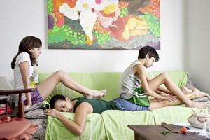 Unerklärliche Erschöpfungszustände: Hausfrau Bia (Maeve Jinkings, M.) erhält vom findigen Nachwuchs eine Entspannungsmassage.