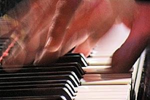"""Finger fliegen: Der deutsche Impro-Jazzer Alexander von Schlippenbach bei der Arbeit in """"Aber das Wort Hund bellt ja nicht""""."""