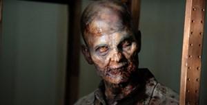 """Ein Zombie aus der US-Erfolgsserie """"The Walking Dead"""" scheint ein spätes Frühstück ausgemacht zu haben. Die Hölle, das sind die anderen"""