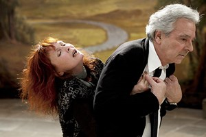 """Bewährte Mitglieder einer Filmfamilie, die sich noch einmal auf einer fiktiven Bühne versammelt: Sabine Azéma und Pierre Arditi in Alain Resnais' """"Vous n'avez encore rien vu""""."""