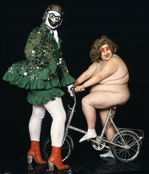 Mit schillernden Kostümen und der Aufhebung geschlechts- spezifischer Zuschreibungen hinterließ Leigh Bowery seine Spuren im England von Margaret Thatcher und darüber hinaus. Die Kunsthalle Wien würdigt sein Erbe.