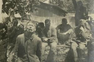 """""""Einer für alle!"""" schrieb ein Soldat auf dieses Foto, das in Russland entstand. Das Bild zeigt den Moment, als ein junger Mann erfährt, dass er als Geisel erschossen werden soll."""