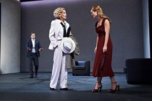 "Grandioses Finale: Christian Nickel (Lord Windermere), Andrea Jonasson im Marlene-Dietrich-Outfit (Mrs. Erlynne) und Pauline Knof (Lady Windermere) in Oscar Wildes ""Fächer""."