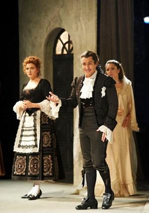ErwinSchrott in seinem humorigen Element: als Figaro im gleichnamigenStaatsopern-Gastspiel in Tokio.