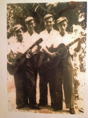 1941 - Israel Hadar (re.) und seine Freunde haben vor dem Aufbruch noch schnell zwei billige Gitarren aufgetrieben und von Wien nach Haifa mitgenommen. Gemeinsam haben sie traditionelle und klassische österreichische Musik sowie Wienerlieder aufgeführt und von einem Schubert-Quartett in Israel geträumt.