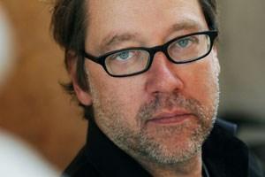 """Michael Thalheimer, geboren 1965 in Münster, ist ausgebildeter Schlagzeuger, Schauspieler und Regisseur. Mit seinen verdichteten Klassiker-Inszenierungen war er öfters beim Theatertreffen Berlin. Zweimal erhielt er den """"Nestroy""""."""