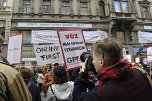 """""""Für einen Journalistenkollektivvertrag mit Zukunft"""": Der Zeitungsverband empfing die demonstrierenden Journalisten mit eigenen Transparenten - treffend platziert unter der """"c.h.e.f.""""-Werbung."""